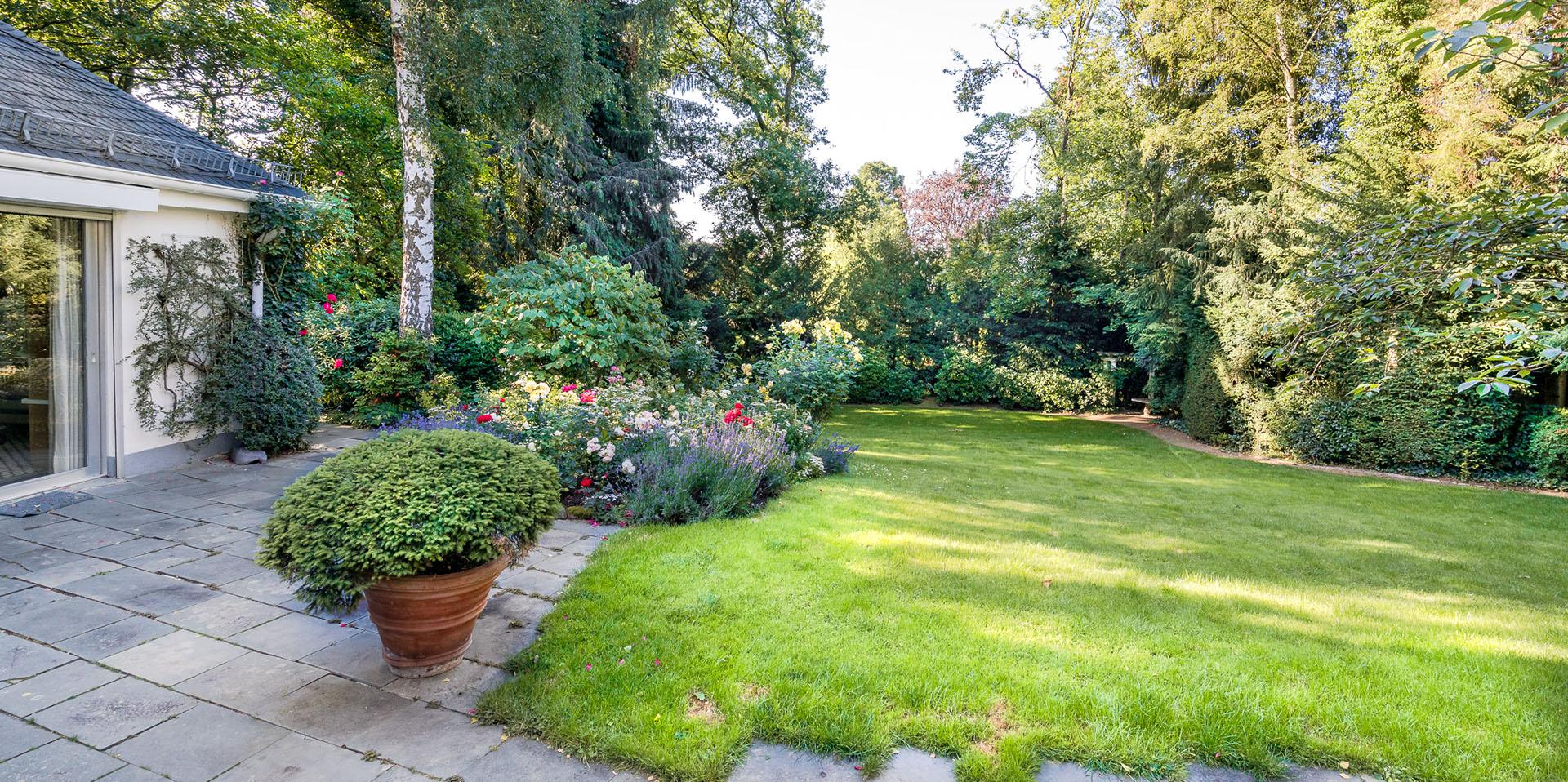 Gepflegter Garten Vorstandsvilla, uneinsehbares Grundstück - Vermittlung durch Eberhard Horn Real Estate