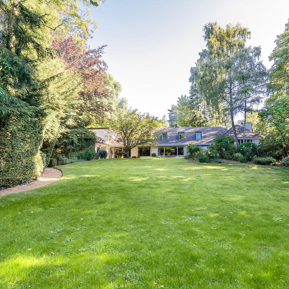 Vorstandsvilla mit Parkgrundstück vermittelt durch Immobilienexperte im Taunus: Eberhard Horn Real Estate
