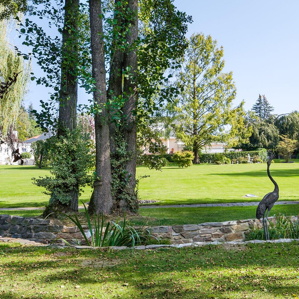 Parkähnliches Grundstück mit eigenem Bach, Luxusimmobilie vermittelt durch Eberhard Horn Real Estate, Maklerbüro in Königstein i. Ts.